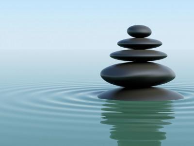 Pierre en équilibre sur l'eau